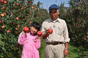 ▲りんご部会長の二村さんと子どもレポーターのほのかさん
