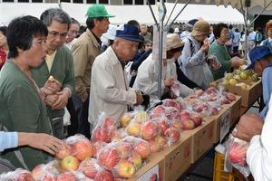 ▲旬のリンゴなどを買い求める来場者