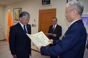 ▲清水署長から表彰を受ける千國組合長(左)