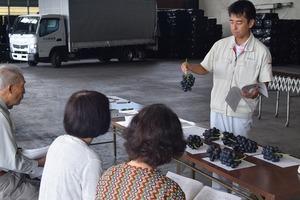 ▲出荷規格などを説明する西牧営農指導員�