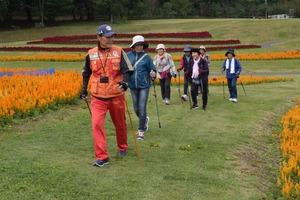 ▲インストラクターの細田さん(左)に教わりながらウォーキングを楽しむ参加者
