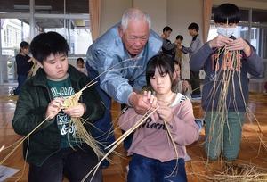 ▲増澤さんにおちょこの作り方を学ぶ児童