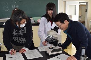 ▲生徒(中)から微生物について学ぶ女性部役員