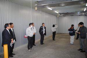 ▲増設した保冷施設を見学するJA関係者ら