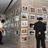 ▲壁一面に飾られた作品を採点する審査員ら