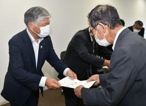 ▲宮澤市長�に要請書を手渡す千國組合長