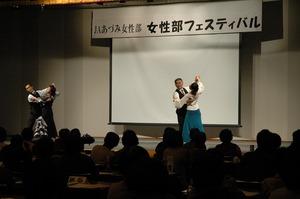 ▲社交ダンスを披露する温支部員