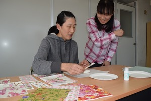▲作り方を教える小林さん(右)