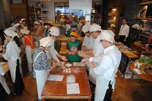 ▲安曇野産の食材で調理体験するイベント参加者