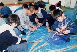 現在ではわらを扱ったことのない子供たちも多いなか、梓川村倭氷室地区では地元育成会が主体となり、昔懐かしい「しめ縄作り」がお年寄りと子供たちとの間で行われ、伝統文化の継承が行われている。