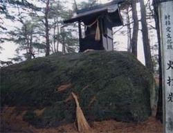 岩の頂上には岩岡神社の元宮として「ほこら」がある。