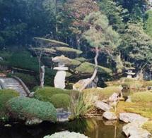 北東部の滝石を含め北の五重の塔と景観は広大で、回遊式庭園の典型となっている。