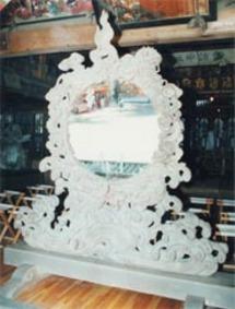 明治31年以来、下堀諏訪神社に参拝に訪れる人々を映し出している。