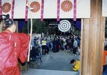 神楽殿の軒先に掲げた大的に向かって、12本の矢が次々と射られた。
