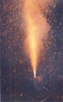 点火され火柱がふきあがった後、大砲のように大きな音で爆発する。