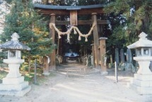 一枚の大きさは、およそ縦50センチ、横30センチ。拝殿には、合わせて86枚が飾られている。