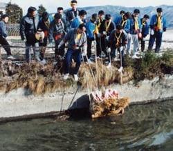 この「福俵」には「奉納籾五斗四升入 納入三九郎」「奉納道祖神」と書いた木札とおんべが立てられる。