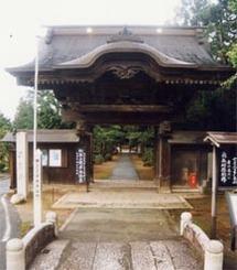 屋根が大きいのは、門に多数ついている彫刻のための工夫。