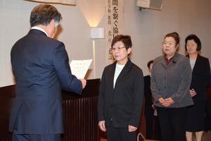 千國組合長�から修了証を受け取る塾生